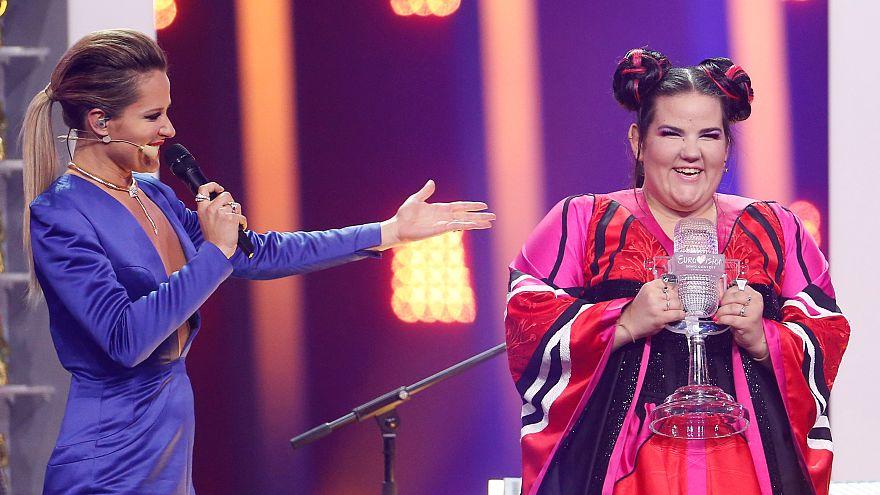 شاهد: المغنية الإسرائيلية نيتا برزيلاي الفائزة بمسابقة يوروفيجن تعود إلى تل أبيب