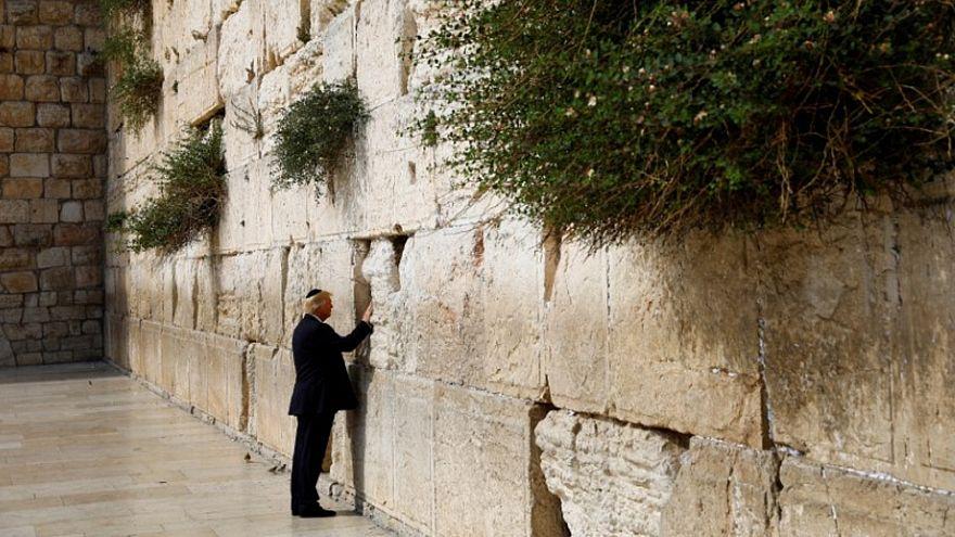 الرئيس الأمريكي دونالد ترامب عند زيارته للحائط الغربي في مدينة القدس