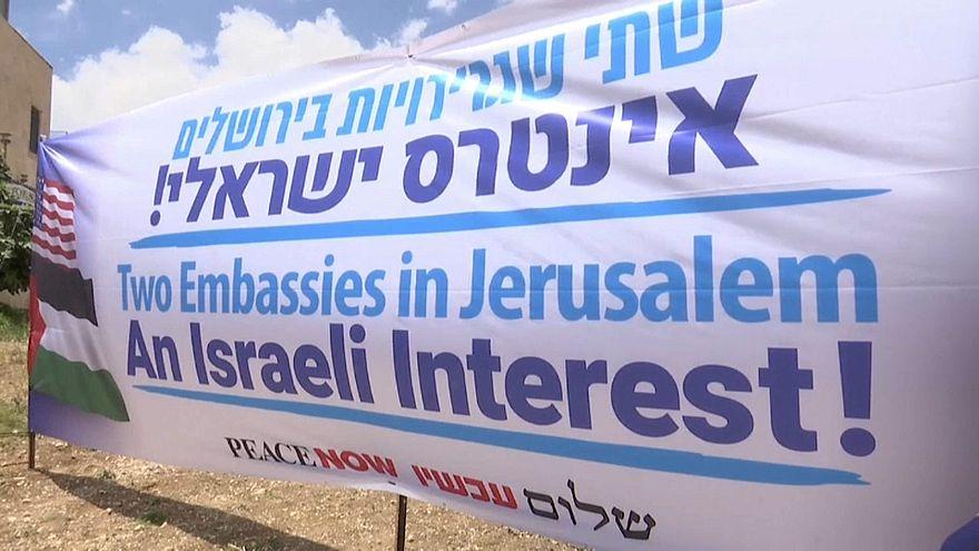 """لافتة رفعتها منظمة """"السلام الآن"""" في القدس"""