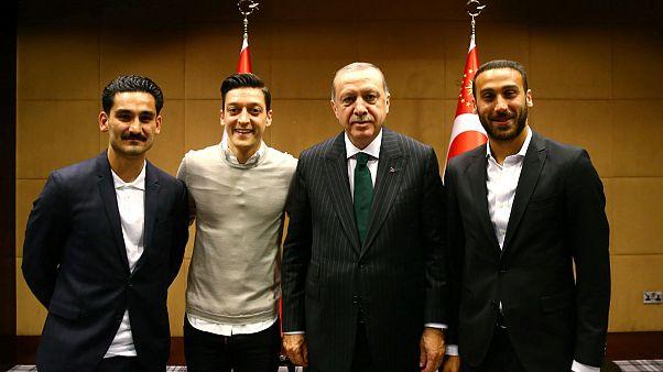 Özillel és Gündogannal fotózkodott a török elnök