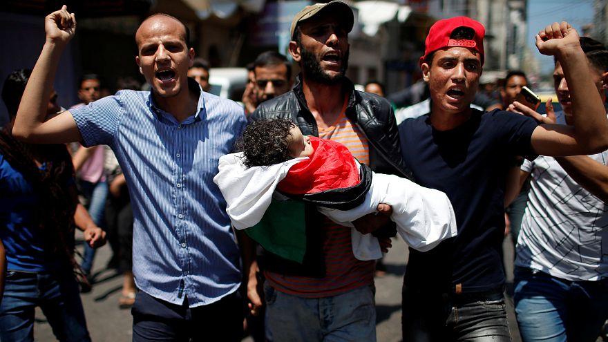 Gyászolók a 8 hónapos Laila al-Ghandour holttestét viszik