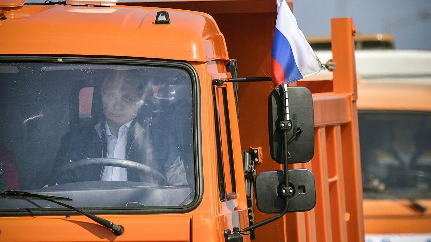 Vladimir Poutine au volant pour inaugurer nouveau pont Russie - Crimée