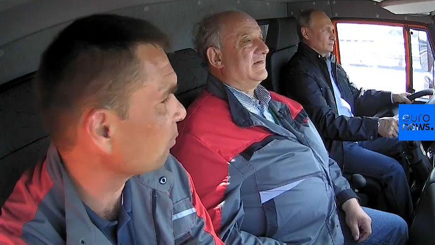 الرئيس الروسي فلاديمير بوتين يقود شاحنة