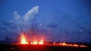 Lava continua a ameaçar casas e estradas no Havai