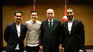 الرئيس التركي رجب طيب إردوغان (الثاني من اليمين) برفقة لاعبي منتخب ألمانيا