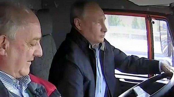 Putin conduce un camión a través del nuevo puente entre Rusia y Crimea