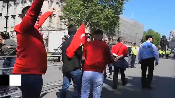 Erdoğan elnök látogatása ellen tüntettek Londonban