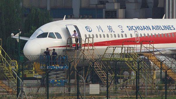 Windschutzscheibe kaputt: Pilot wird fast aus Flugzeug gesaugt