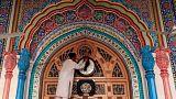 شخص داخل المسجد الكبير في باكستان