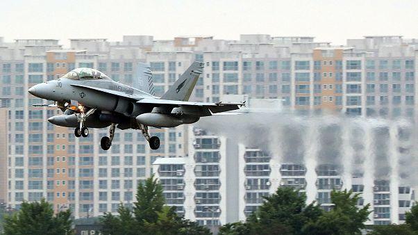 Ein Kampfjet vor Häuserkulisse.