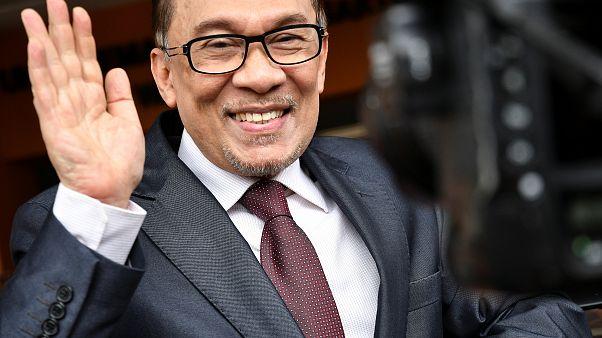 لحظة إطلاق سراح رئيس وزراء ماليزيا السابق أنور إبراهيم من السجن