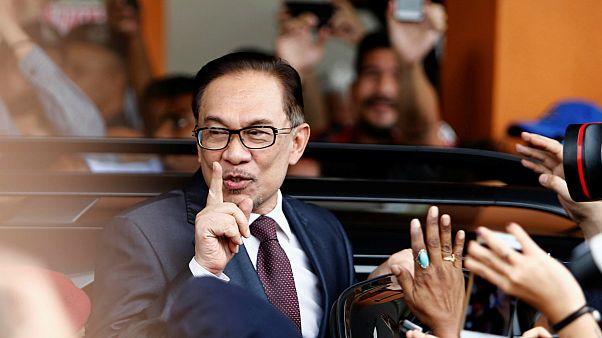 انور ابراهیم، سیاستمدار اصلاح طلب مالزی با عفو پادشاه آزاد شد
