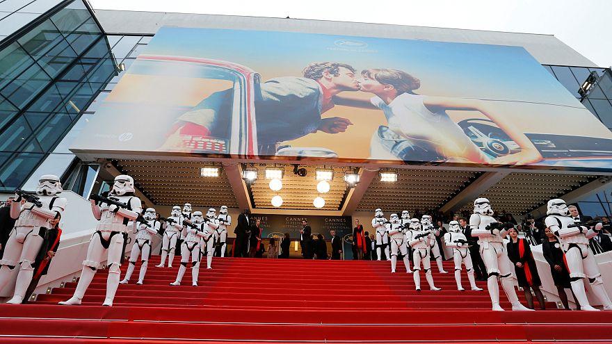 Stormtrooper bewachen rechts und links den Roten Teppich in Cannes