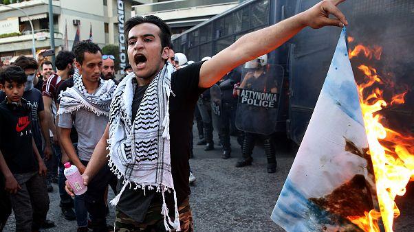 Παλαιστίνιοι έκαψαν σημαίες μπροστά από την πρεσβεία του Ισραήλ