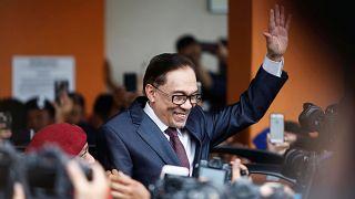 Anwar Ibrahim grüßt nach seiner Freilassung