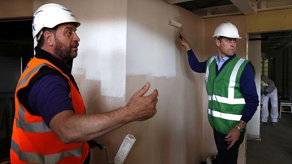 """""""Гренфелл-тауэр"""": Принц Уильям помогает строителям"""