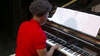 A négyujjú zongorista