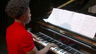 پیانیست معلول آمریکایی با چهار انگشت دنیا را مبهوت موسیقی خود میکند