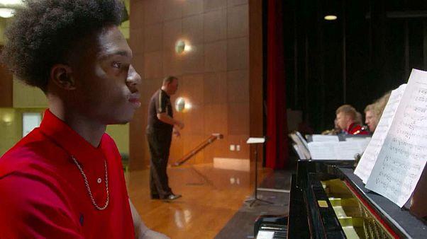 Dört parmakla çaldığı piyano dünyaya ilham veriyor