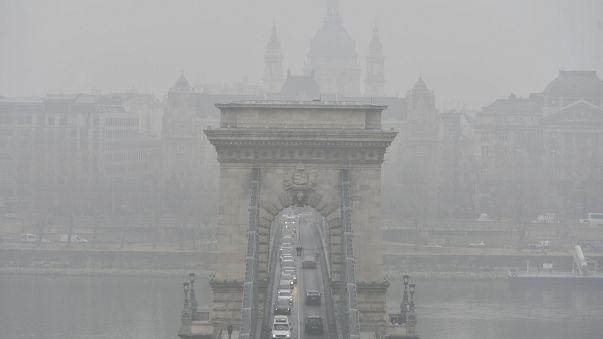 Gépjárművek a szmogos, ködös időben a Lánchídon 2017. február 15-én