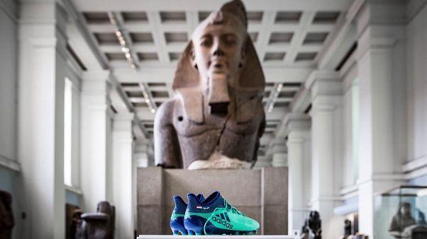 المتحف البريطاني يعرض حذاء محمد صلاح بقسم الآثار المصرية