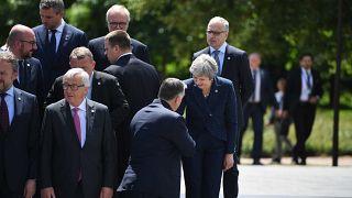 Családi fotó Orbán Viktor magyar és Theresa May brit kormányfő kézfogásával