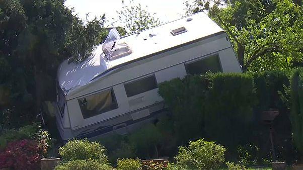 Video zeigt Horror-Tornado: Wohnwagen im Baum