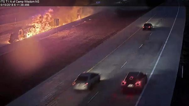 Espectacular incendio de un camión en una autopista de Texas