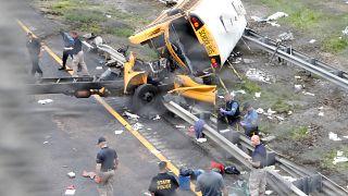 Σχολικό λεωφορείο διαλύθηκε μετά από σύγκρουση με απορριματοφόρο