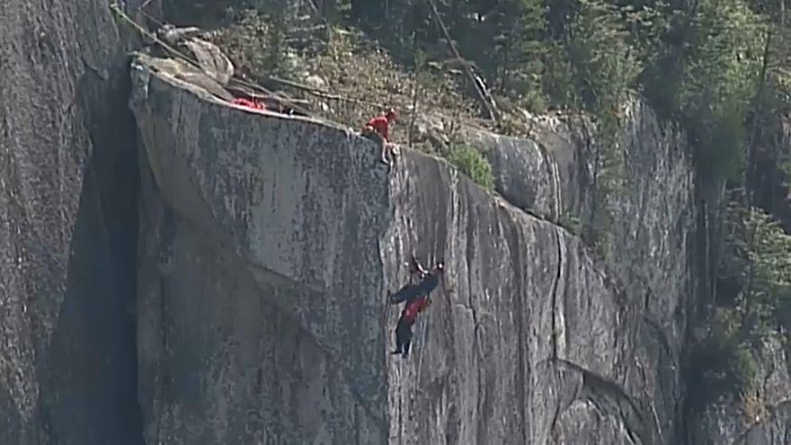 عملية انقاذ رجل تدلى في الهواء مع مظلته