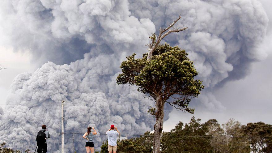 Hawaii volcano spews 'microwave oven-sized' rocks