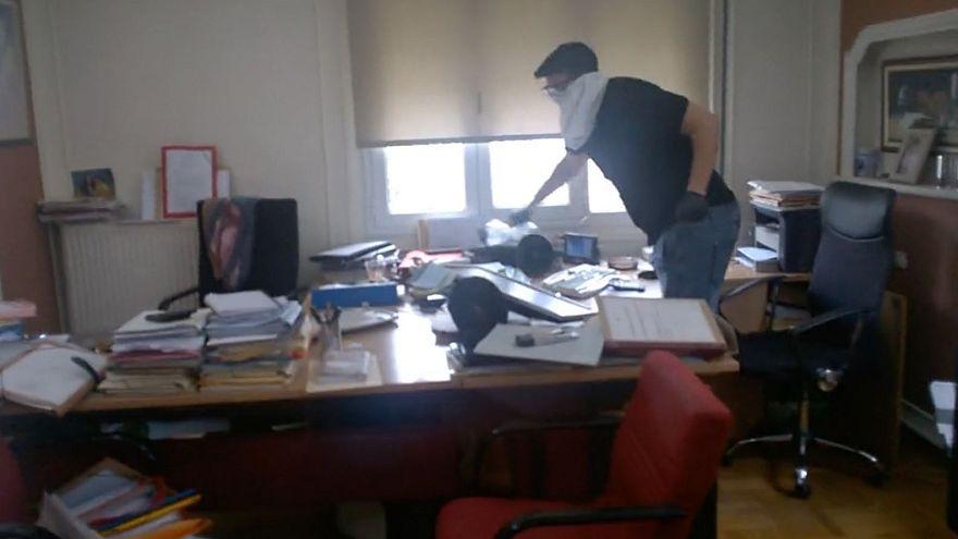 Βίντεο σοκ από την επίθεση του «Ρουβίκωνα» σε συμβολαιογραφείο στα Εξάρχεια