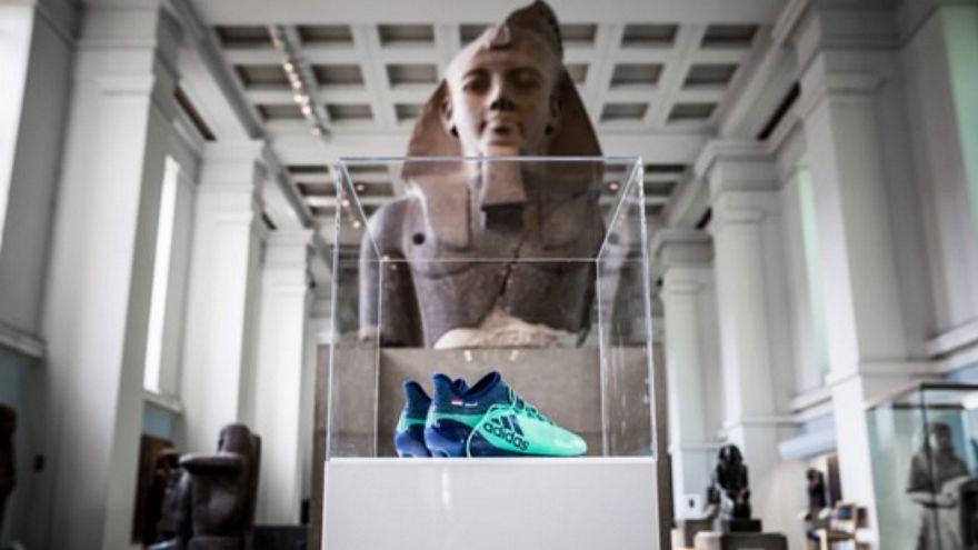 المتحف البريطاني يعرض حذاء لاعب ليفربول المخضرم محمد صلاح