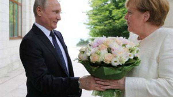 «Επίθεση φιλίας» Πούτιν στη Μέρκελ