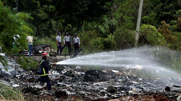 Vigili del fuoco cercando di domare le fiamme nel luogo dello schianto