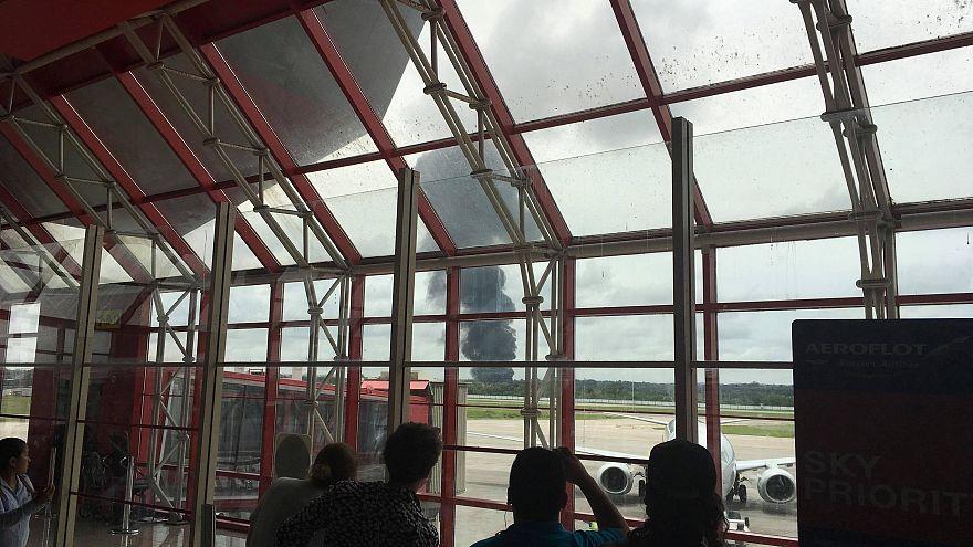 Rauchsäule steigt auf aus Sicht des Flughafenterminals
