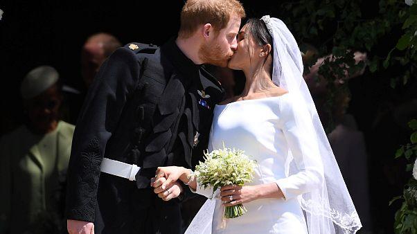 Le baiser du couple Harry-Meghan à la sortie de l'office religieux.