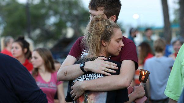 Τέξας: Τελετές μνήμης για τα δέκα θύματα του μακελειού σε σχολείο