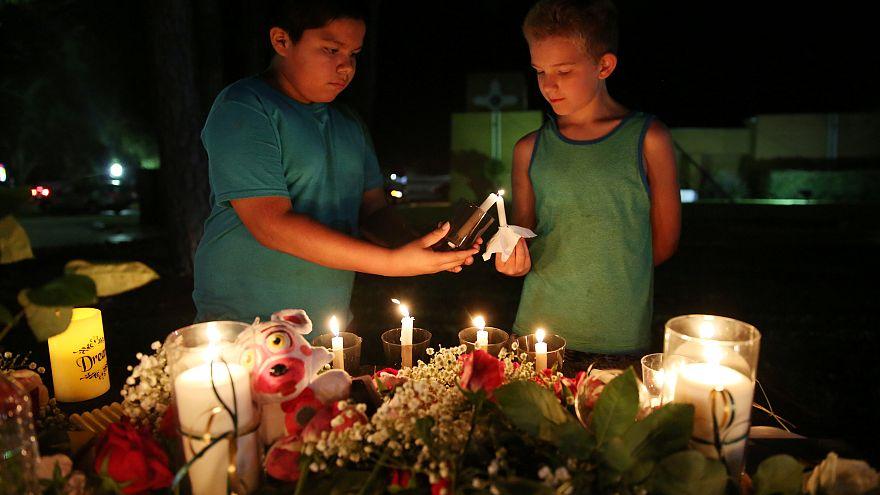 Teksas kanlı lise saldırısının kurbanlarını andı