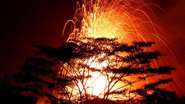 شاهد: نافورات حمم بركان كيلاويا تضيء سماء هاواي