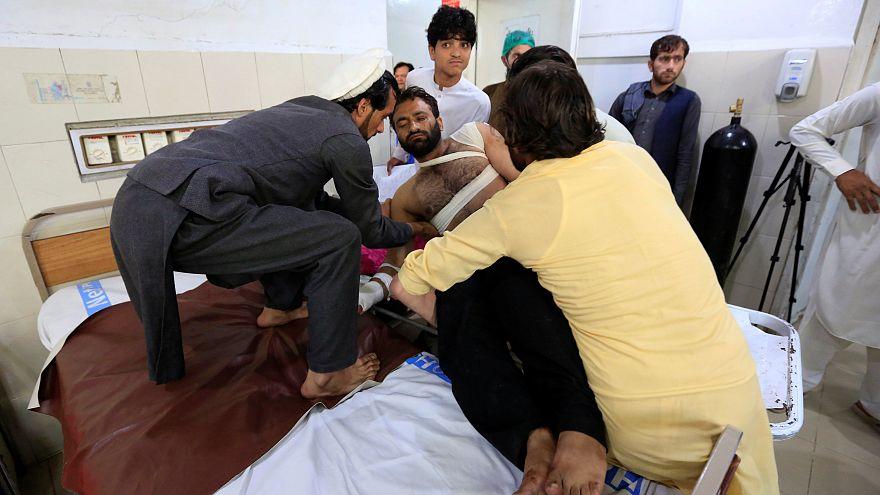 Un uomo ferito nell'attacco riceve cure mediche in un ospedale di Jalalabad