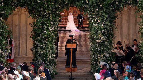 الأنبا آنجيلوس أثناء تلاوته صلوات الزفاف