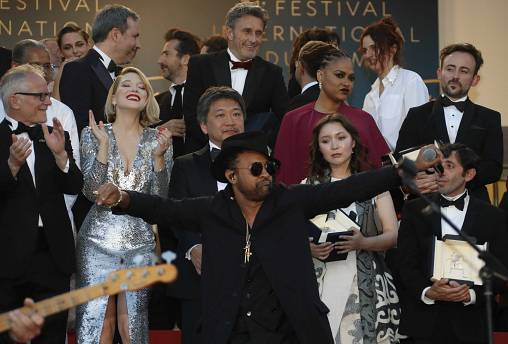 la foto finale sul red carpet accompagnata dalle note di Sting e Shaggy