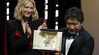 Jury-Chefin Cate Blanchett mit dem Preisträger