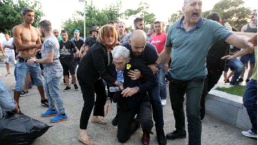 شاهد: عمدة ثاني أكبر مدن اليونان يتعرض للاعتداء والضرب على يد متطرفين