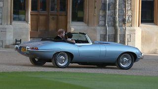 شاهد: البريطانيون يتسابقون لاقتناء صحف ومجلات تخلد الزفاف الملكي