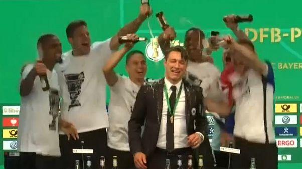 بازیکنان تیم آینتراخت فرانکفورت مربی تیمشان را با آبجو شستند