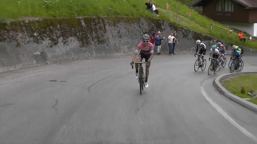المتسابق البربطاني سيمون ييتس في سباق إيطاليا للدراجات الهوائية