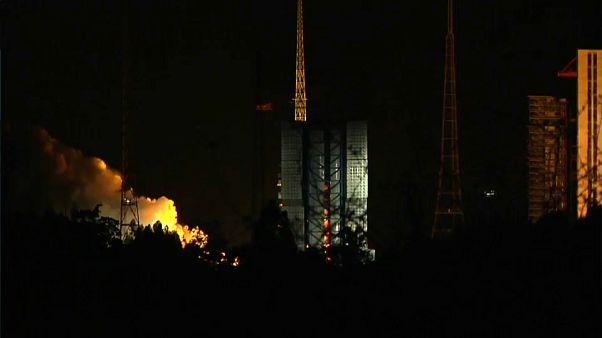 الصين تطلق قمرا صناعيا لاستكشاف الجزء المظلم من القمر