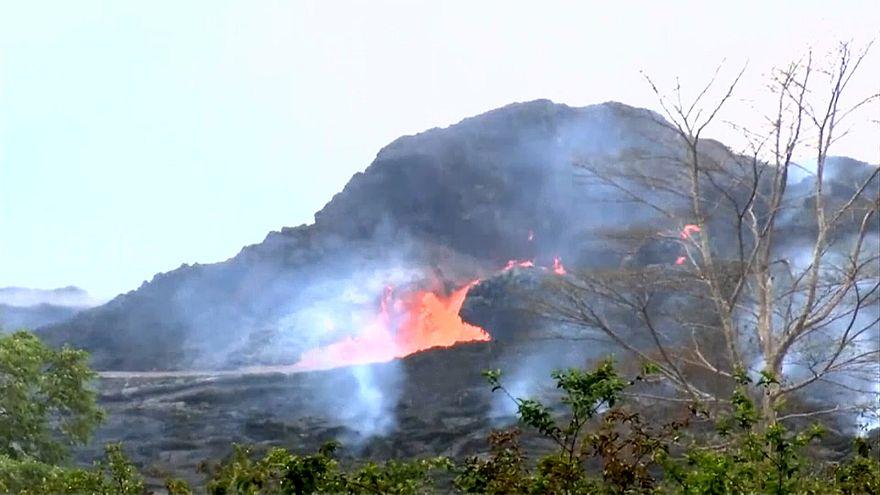 الحمم تسيل من البركان